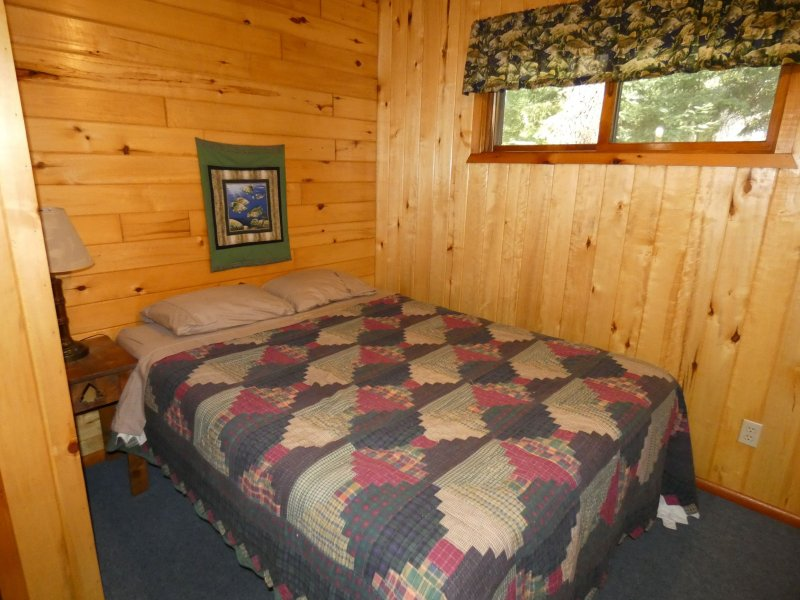 Cabin8_Bedroom 3